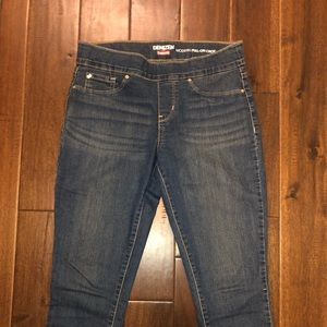 Levi's cropped pull on capris